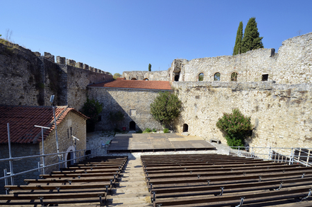 Greece, courtyard castle of Arta, sometimes used for open air concerts 版權商用圖片 - 134991442
