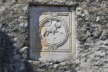 Greece, lion relief in the castle of Arta, Epirus county 版權商用圖片 - 134991453