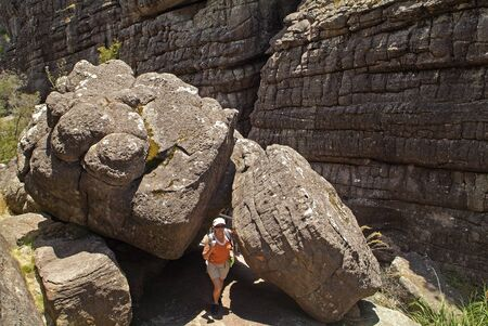 Halls Gap, Australia - January 25, 2008: Sporty woman on footpath between rock formation named Grand Canyon in Grampians National Park, Victoria, MR available 新聞圖片