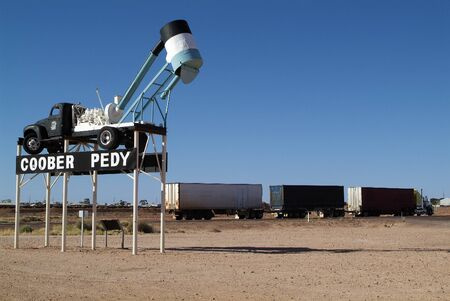 Australia, landmark with mining equipment named Blower and truck named Road Train on Stuart Highway in Coober Pedy 新聞圖片