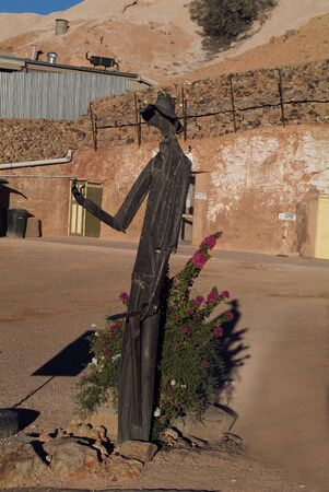 Coober Pedy, Australia - April 13, 2010: Sculpture of a miners in the opal village in South Australia 新聞圖片