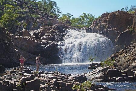 Katherine, NT, Australia - April 23, 2010: Unidentified people at Edith Falls in Nitmiluk National Park, Northern Territory 新聞圖片