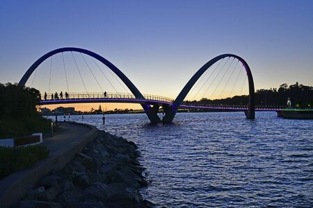 Perth, WA, Australia - November 30, 2017: Unidentified people on illuminated  Elizabeth bridge at sunset 新聞圖片
