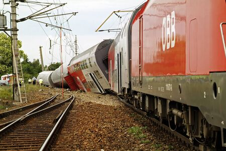 Gramatneusiedl, Austria - July 27, 2005: Train accident with wrecked wagons 新聞圖片