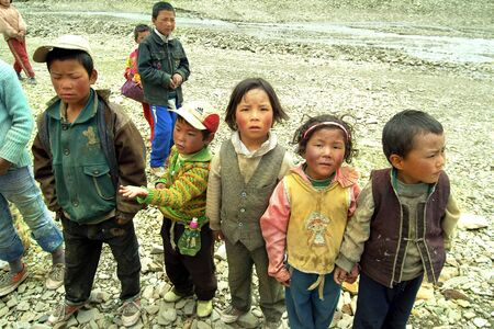 Tibet, China - July 9th 2004: Unidentified children in the rural area of Tingri tableland 新聞圖片