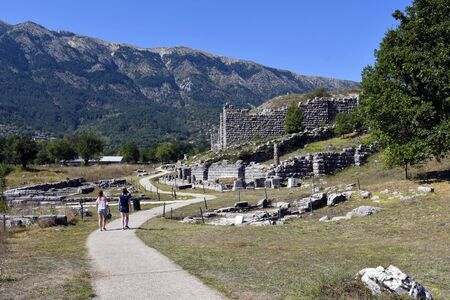 Dodona, Greece - September 18, 2019: Two unidentified woman by sightseeing at archaeological site of Dodona, an important ancient Greek oracle 新聞圖片