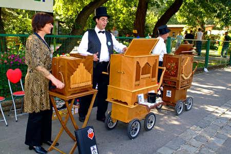 Vienna, Austria - September 02, 2006: International meeting from organ grinders with their different barrel organs in Bohemian Prater in Vienna 新聞圖片