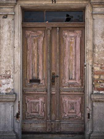 Braune Holztür in einem alten Gebäude Standard-Bild - 10954312