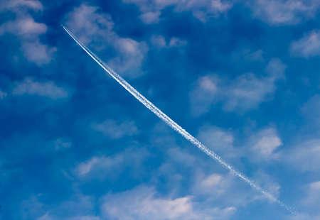 plan éloigné: Avions de traînée blanche brillante dans le ciel nuageux Banque d'images