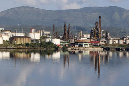 2015 년 11 월 23 일 쿠바의 SANTIAGO DE CUBA : 열전 설비 'Antonio Maceo'. 이 공장은 쿠바의 설치 발전소 중 하나입니다.