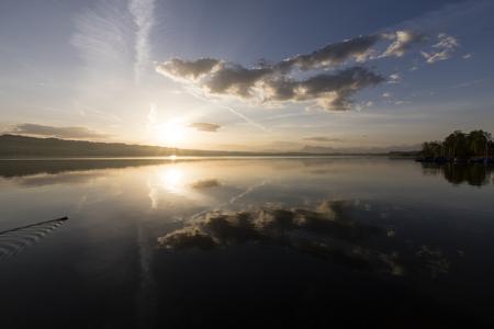Sunrise at Lake Sempach in Switzerland. In the background Mount Rigi 版權商用圖片 - 106515875
