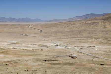 Landscape with the Pamir Highway in the Pamir mountains near Alichur in Tajikistan 免版税图像