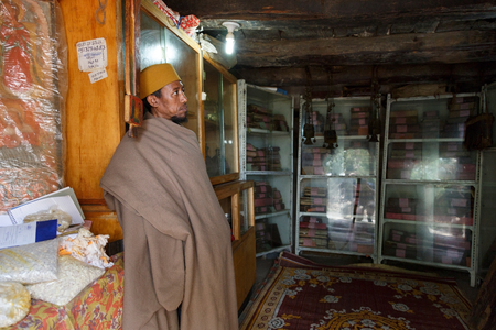 Bahir Dar, Ethiopia, January 22 2015: A monk protects orthodox books in a monastery on a peninsula on lake Tanna Imagens - 120453710