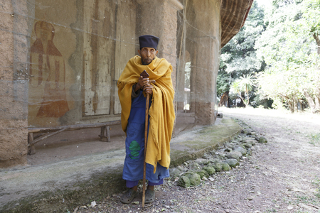 Bahir Dar, Ethiopia, January 22 2015: A very old monk stands next to an orthodox church on a peninsula on lake Tanna Imagens - 120453735