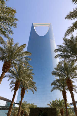 Kingdom tower in Riyadh, Saudi Arabia. Kingdom tower is a business and convention center, shopping mall and one of the main landmarks of Riyadh city Imagens
