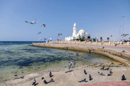 Small white mosque built on the Corniche right on the shores of the Red Sea in Jeddah, Saudi Arabia 免版税图像