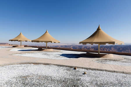 Park with a parasol near Al Ula. From the lookout point you have a beautiful view down into the valley, Saudi Arabia 免版税图像