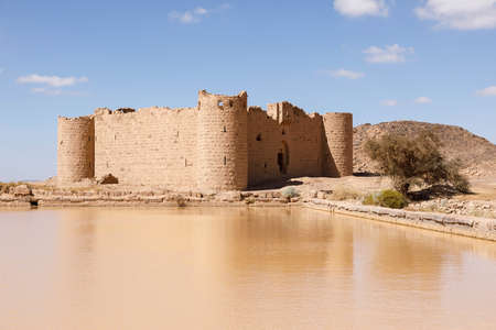 Ruins from a stone Brick Castle near Tabuk City. It was one of the major stations for the Shamiite pilgrim, Saudi Arabia 免版税图像