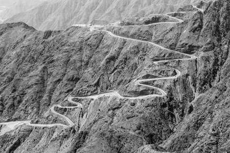 Steep, winding road to the high plateau of Abha in the southeast of Saudi Arabia 免版税图像