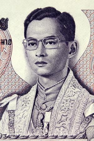 THAILAND - Ongeveer 1969 Koning Rama VIII op 5 Bad 1969 Bankbiljet uit Thailand Stockfoto - 50923040
