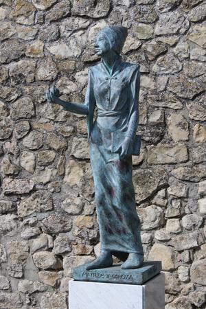 Matilde of Canossa, bronze statue in Canossa, Reggio Emilia, Italy, touristic place Archivio Fotografico - 103346341