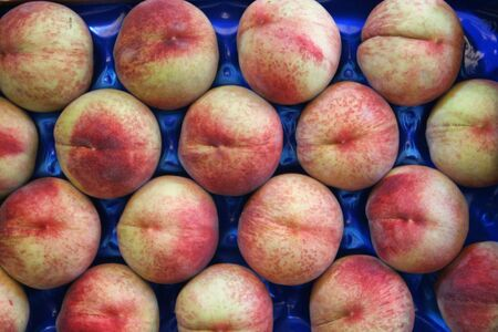 Peaches ready for sale in the store Archivio Fotografico - 129342858