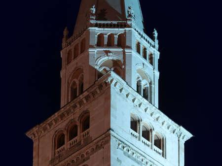 Modena, night view of Ghirlandina tower Archivio Fotografico - 159365682