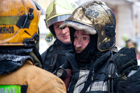 Three firefighters extinguish a fire in an apartment house Stockfoto