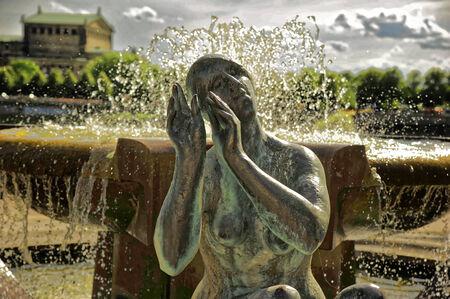 Hintergrund: Brunnenfigur in Dresden