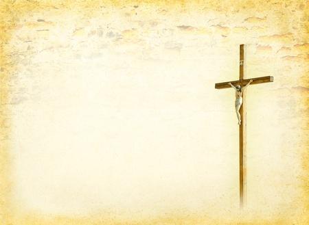 cristianismo: Crucifixi�n - Jes�s Cristo en la cruz, Dios cristiano en el documento de antecedentes de edad - tarjeta postal antigua en la p�gina de los libros de estilo de las religiones b�blicas, con crucifijo Foto de archivo
