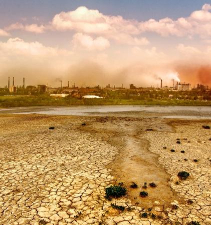 contaminacion ambiental: Contaminación industrial destrucción del medio ambiente de la ciudad industrial, chimeneas humeantes de las fábricas