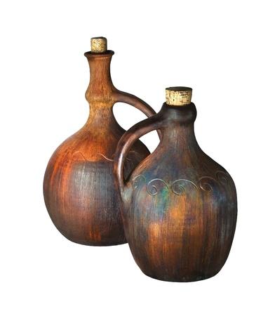 ollas de barro: Antiguo jarras de vino de cerámica aislados en blanco