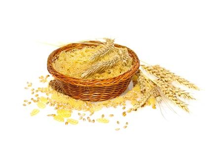 枝編み細工品バスケット、耳やイタリアのパスタを作る使用される小麦の穀物の小麦から作られた麺