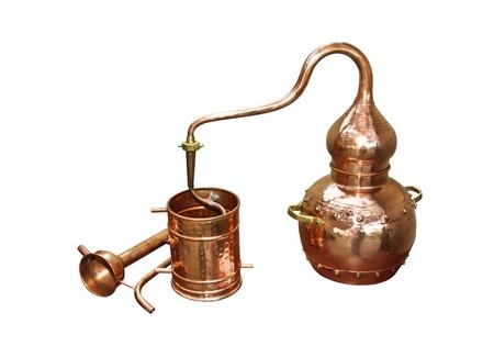 alquimia: Alambique de cobre - Aparato de destilaci�n empleado para la destilaci�n de alcohol, aceites esenciales y destiler�a de aguardiente de vino moderno para el hogar hechos del vino aislado en blanco