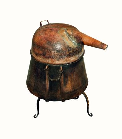 alquimia: Alambique de cobre - Aparato de destilación empleado para la destilación de alcohol, aceites esenciales y destilería de aguardiente de vino viejo de la casa hecha de alcohol aislado en blanco
