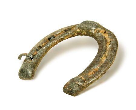 buena suerte: Metal de la vieja herradura, aislado en fondo blanco antiguo de herradura - un símbolo de buena suerte
