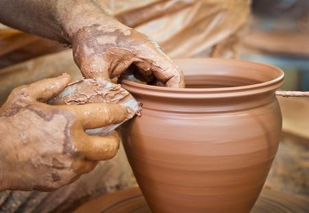 alfarero: Alfarero haciendo una vasija de barro Foto de archivo