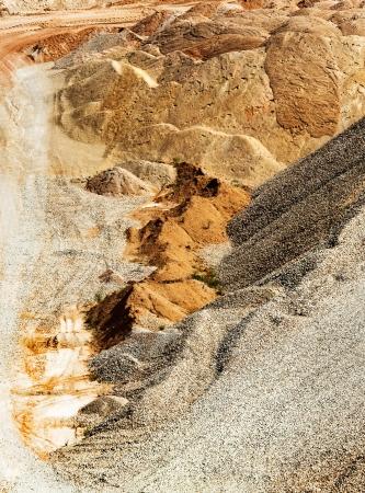 paesaggio industriale: Paesaggio industriale con cumuli di sabbia, ghiaia e argilla a cielo aperto Archivio Fotografico