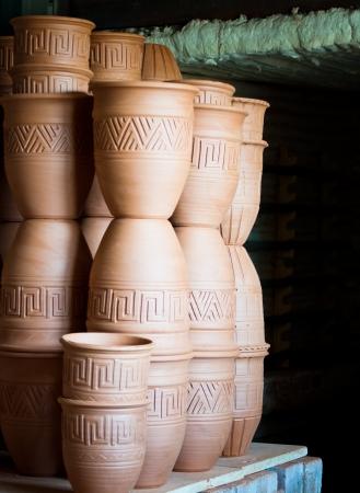 ollas de barro: Horno de cocción de cerámica cerámica Fabricación - Proceso de cocción Foto de archivo