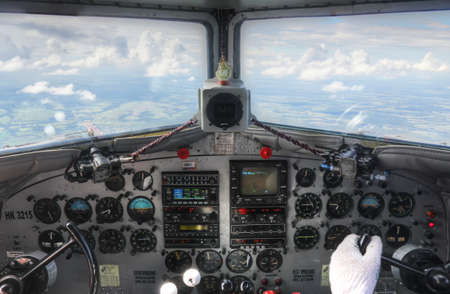 Cockpit dashboard view van DC3 in de vlucht met piloot Stockfoto