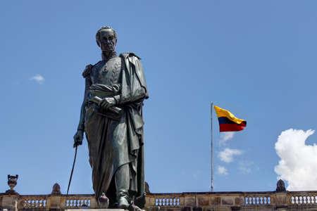 la bandera de colombia: Estatua de Sim�n Bol�var en Bogot� con Capitol detr�s Foto de archivo