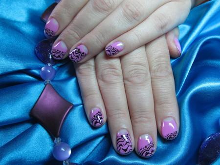 ピンクの紫のマニキュア