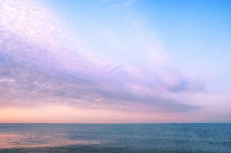 Mooi zeegezicht met oranje warme zonsopgang, vakantie concept