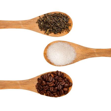 lepels met thee, koffie en suiker op een witte achtergrond