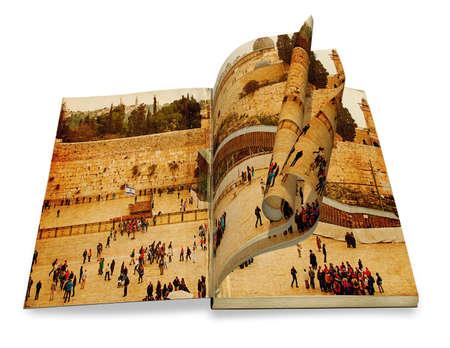 Een geopende oude boek met krullen een foto Klaagmuur, Tempelberg, Jeruzalem, Israël Foto in de oude afbeelding in kleur stijl op witte achtergrond