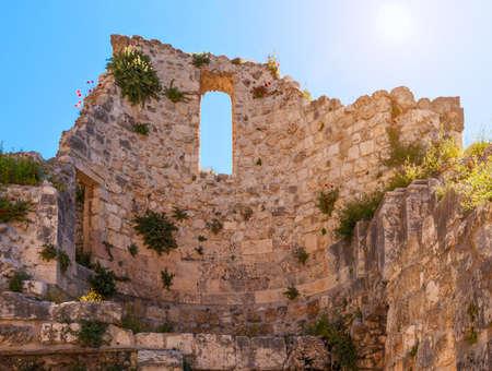 Kudüs'te Bethesda Aziz Anne Kilisesi yakınlarındaki Bizans kilisesinin kalıntıları ve havuzun duvarı Stock Photo