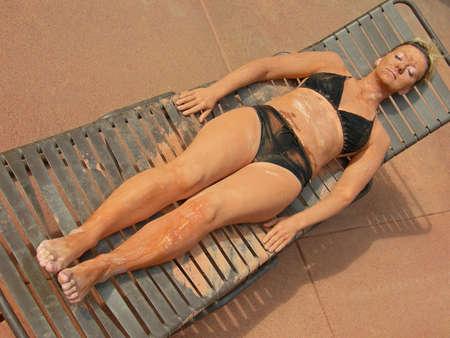 unificar: La mujer descansa con el tratamiento del fango en un balneario.
