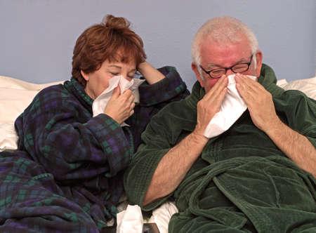 Mann und Frau im Bett Nase wehen  Standard-Bild - 374316