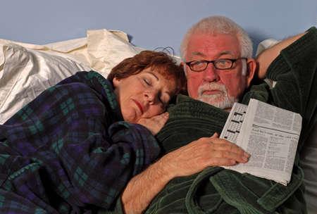 Paar im Bett schläft und liest  Standard-Bild - 378370