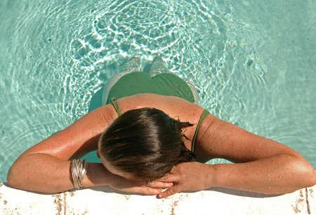 weightless: La mujer se reclina al lado del lado de la piscina